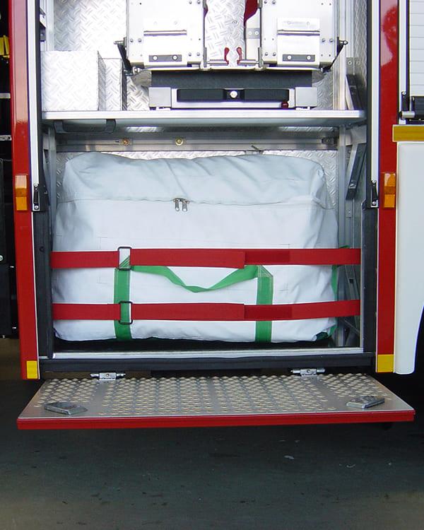 mobiler Rettungsschlauch gut verpackt im Feuerwehrauto zum Transport