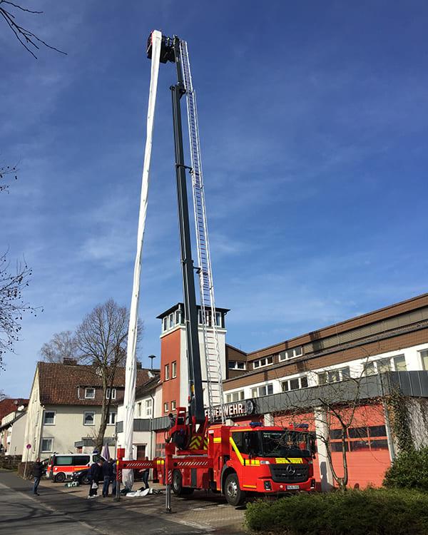 mobiler Rettungsschlauch am Feuerwehrfahrzeug