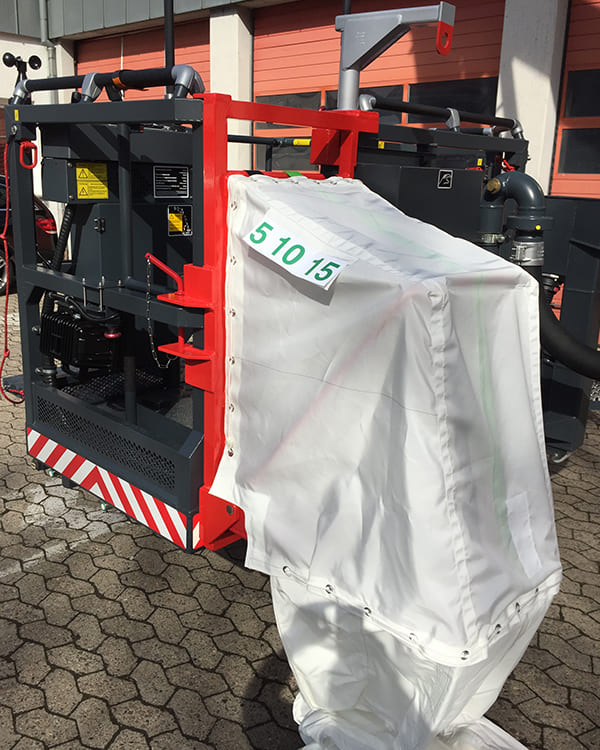 Einstieg in den Rettungsschlauch am Feuerwehrfahrzeug